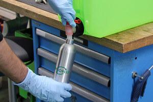 Air Force Alu-Sprühflasche wird mit Reiniger befüllt
