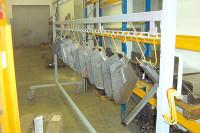 Aufgehängte Eisenbauteile an einer Stange