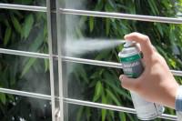 Edelstahl-Spray wird auf Treppengeländer aufgetragen