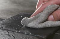Schweißperlen auf Metalloberfläche werden entfernt