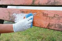 Holzzaun wird mit schäumenden Reiniger gereinigt
