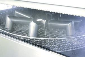 Bauteile in Heißwasser-Teilewaschmaschine