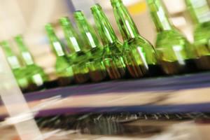 Glasflaschen auf Förderband