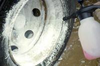 Felge wird mit Reiniger besprüht