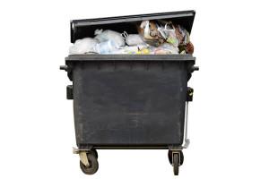 Überfüllte schwarze Mülltonne